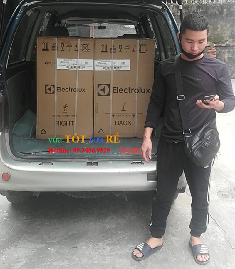 Khách hàng lấy tủ lạnh 90L Electrolux EUM0900SA tại kho